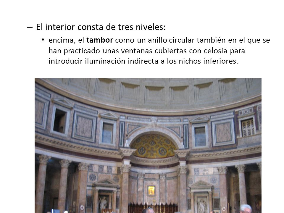 El interior consta de tres niveles: