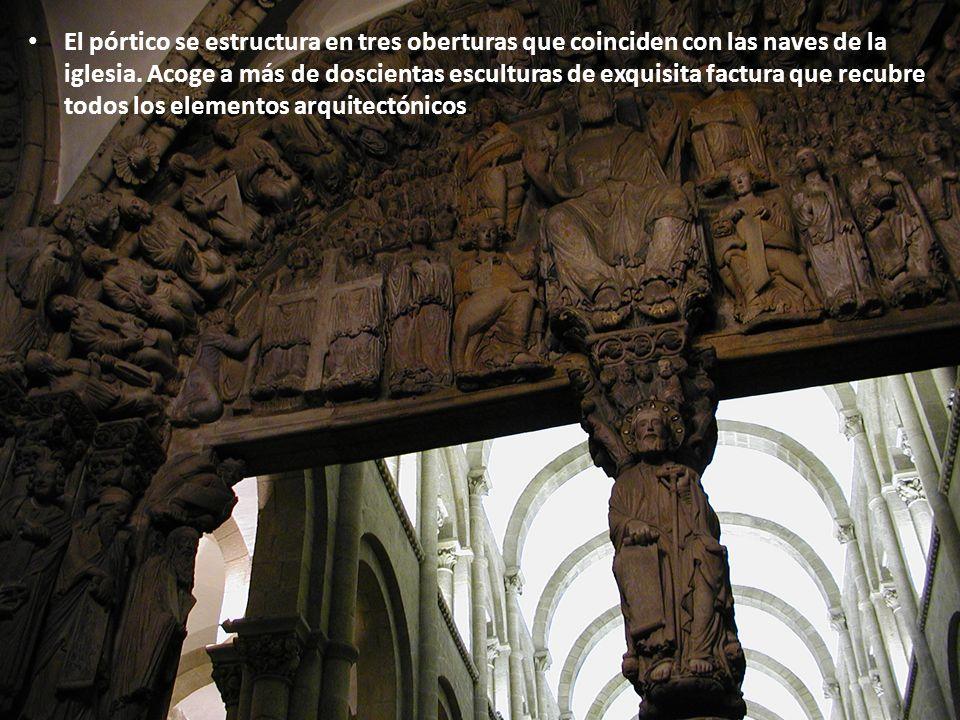 El pórtico se estructura en tres oberturas que coinciden con las naves de la iglesia.