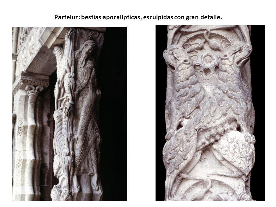Parteluz: bestias apocalípticas, esculpidas con gran detalle.