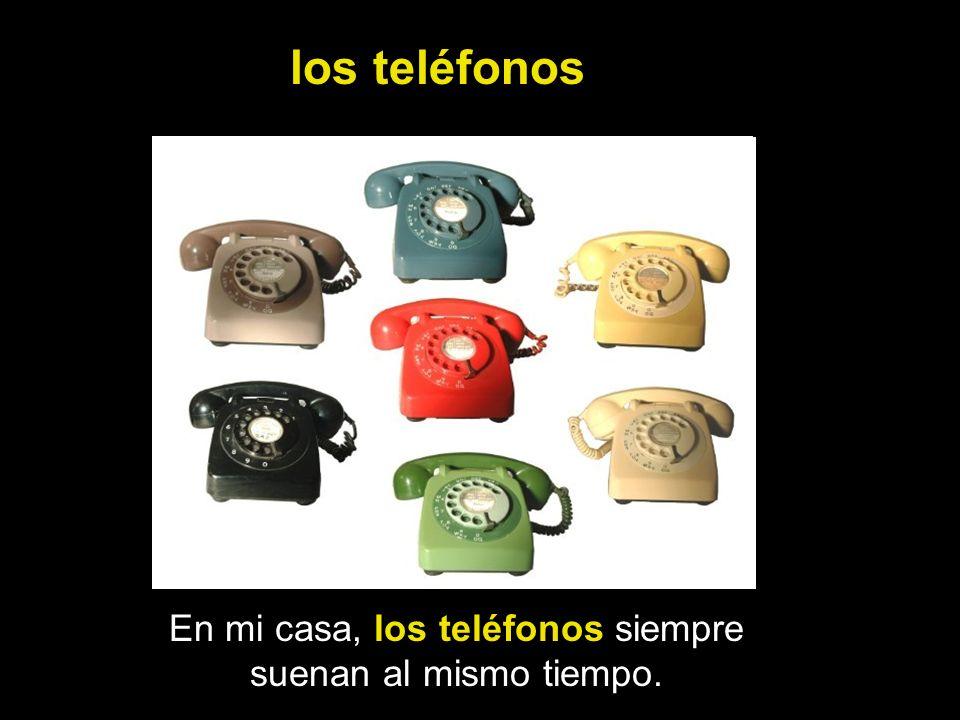 En mi casa, los teléfonos siempre suenan al mismo tiempo.