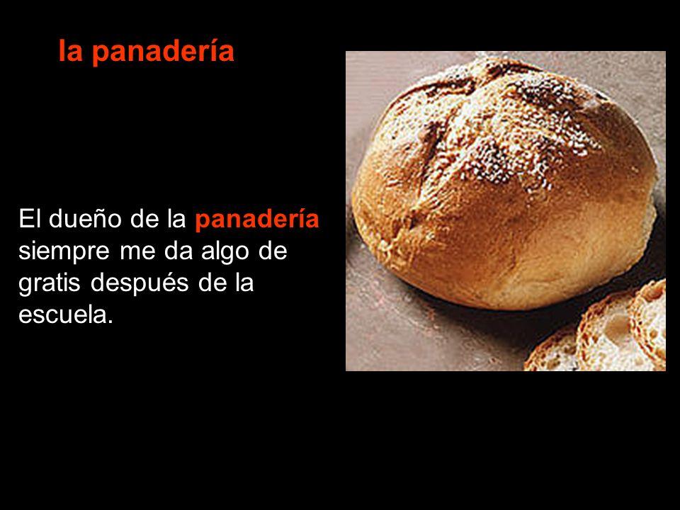 la panadería El dueño de la panadería siempre me da algo de gratis después de la escuela.