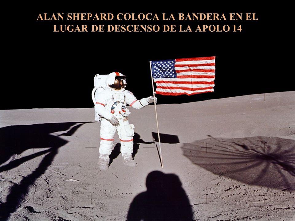 ALAN SHEPARD COLOCA LA BANDERA EN EL LUGAR DE DESCENSO DE LA APOLO 14