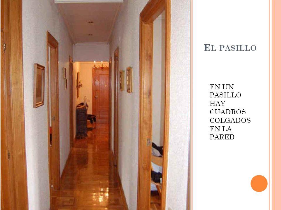 El pasillo EN UN PASILLO HAY CUADROS COLGADOS EN LA PARED