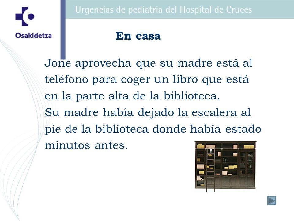 En casa Jone aprovecha que su madre está al. teléfono para coger un libro que está. en la parte alta de la biblioteca.