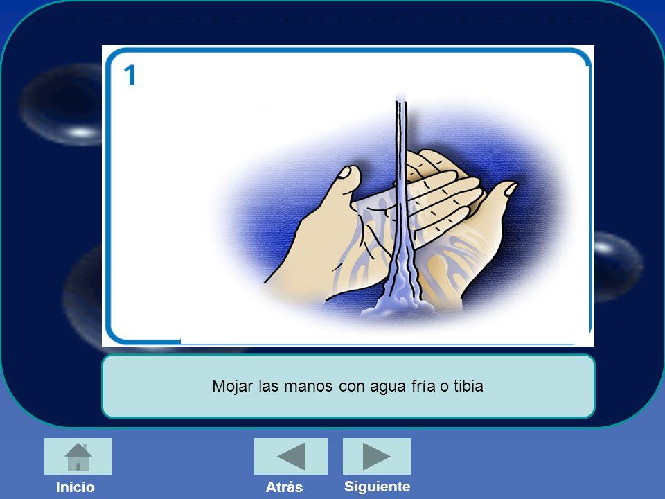 Mojar las manos con agua fría o tibia