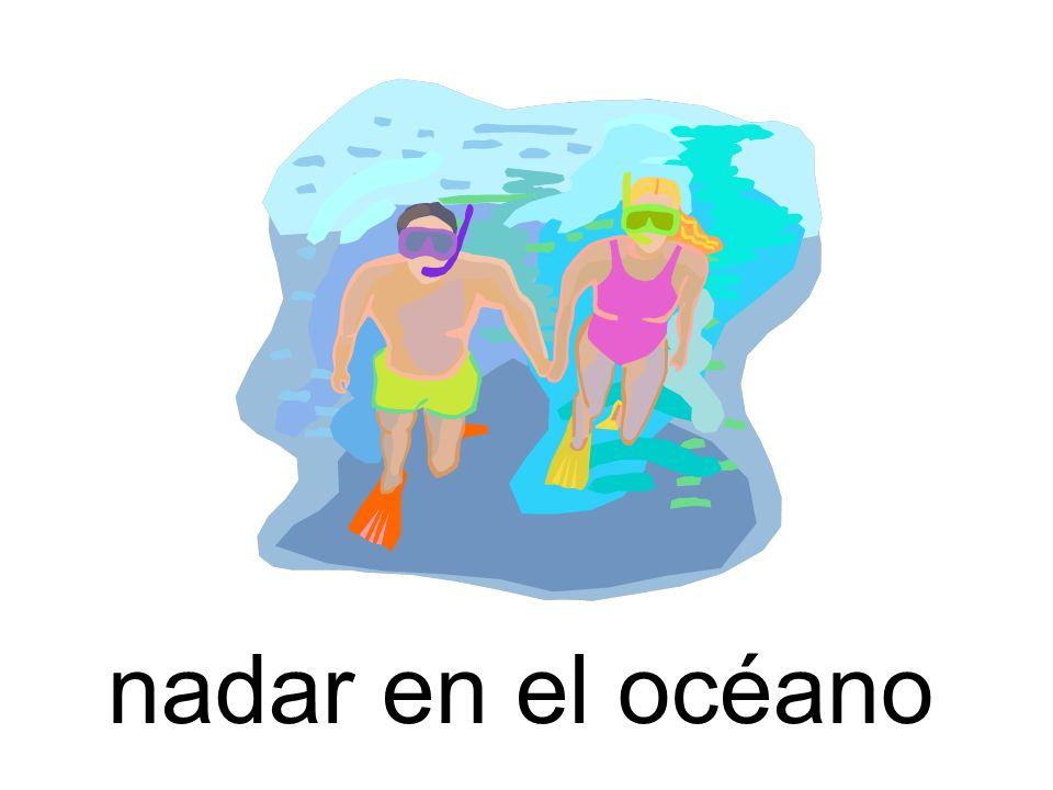 nadar en el océano