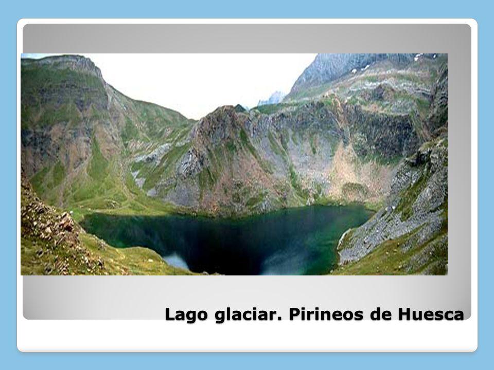 Lago glaciar. Pirineos de Huesca