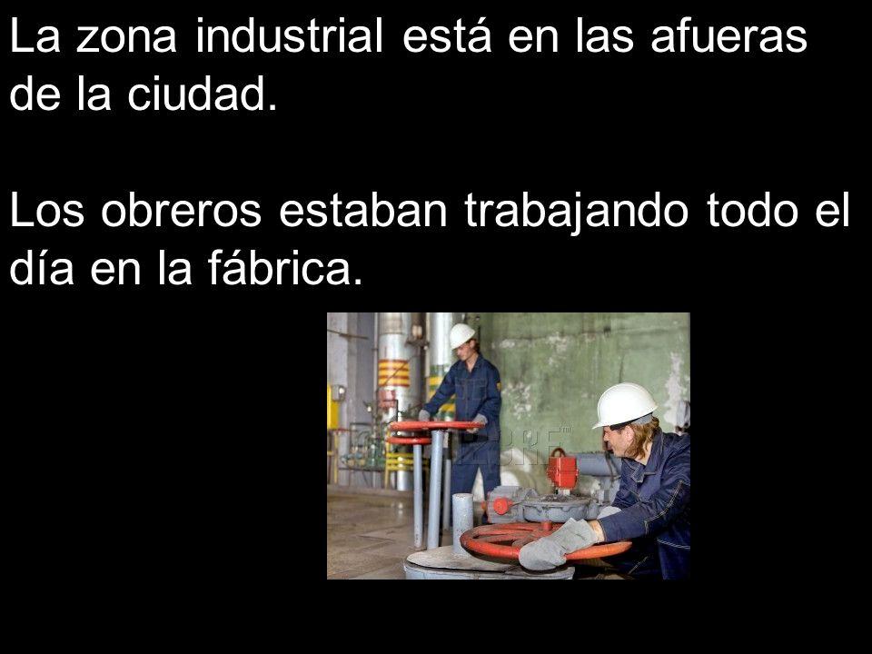 La zona industrial está en las afueras de la ciudad.