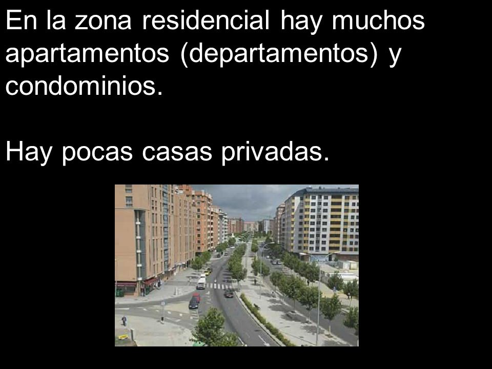 En la zona residencial hay muchos apartamentos (departamentos) y condominios.
