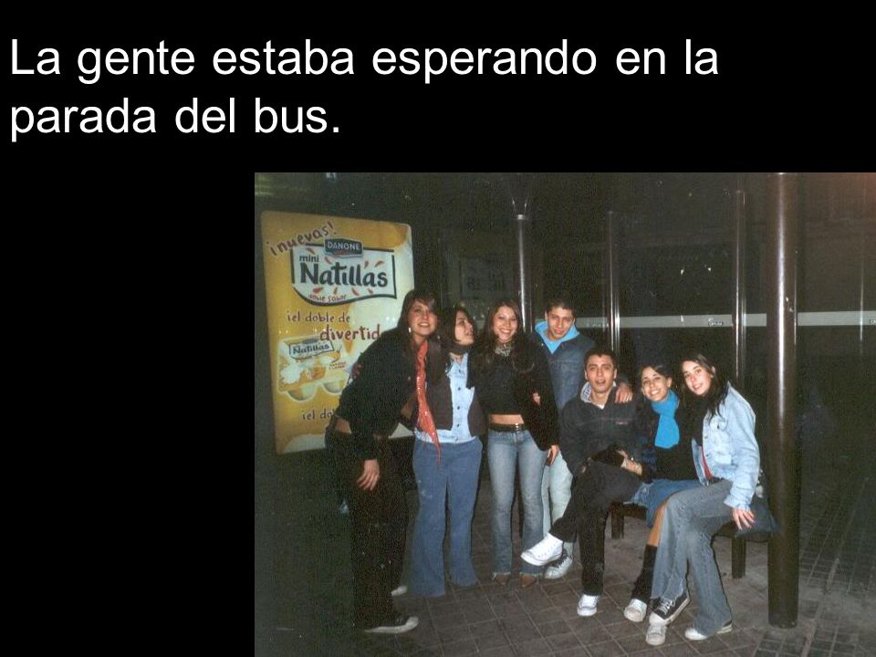 La gente estaba esperando en la parada del bus.