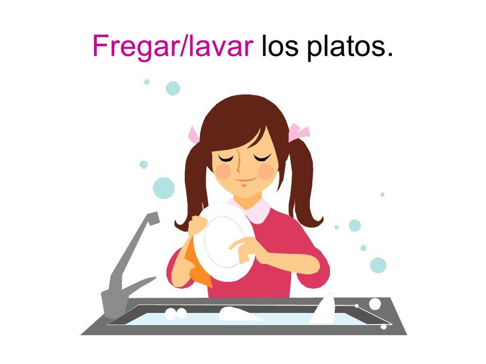 Fregar/lavar los platos.