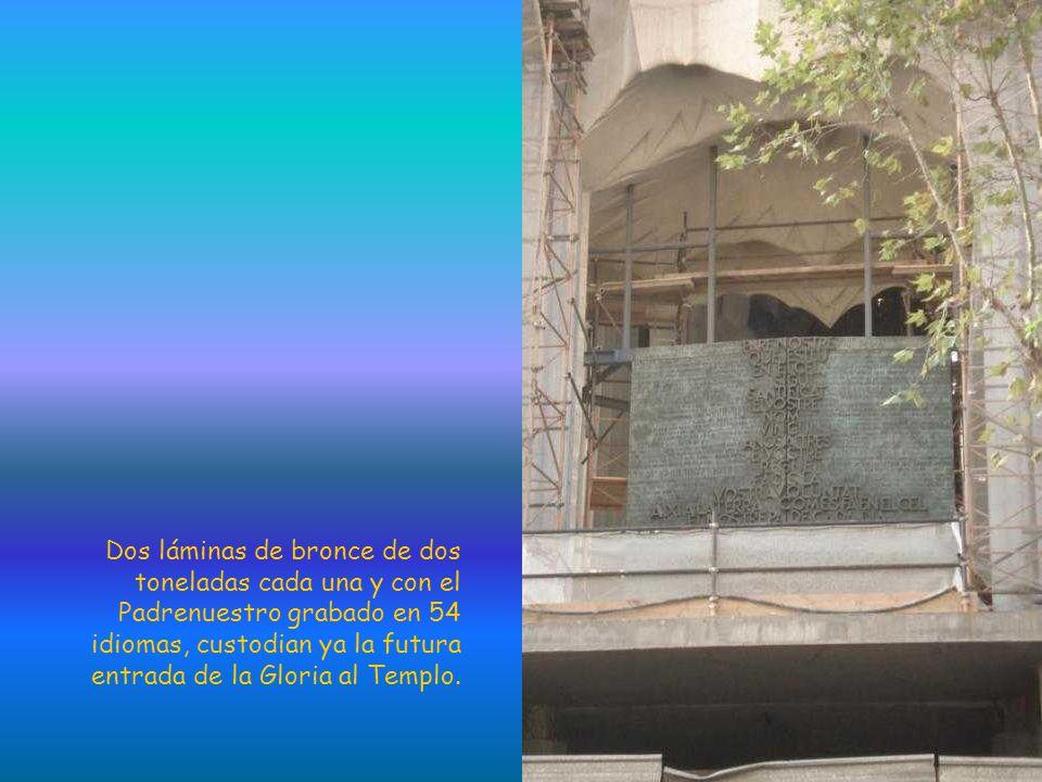 Dos láminas de bronce de dos toneladas cada una y con el Padrenuestro grabado en 54 idiomas, custodian ya la futura entrada de la Gloria al Templo.