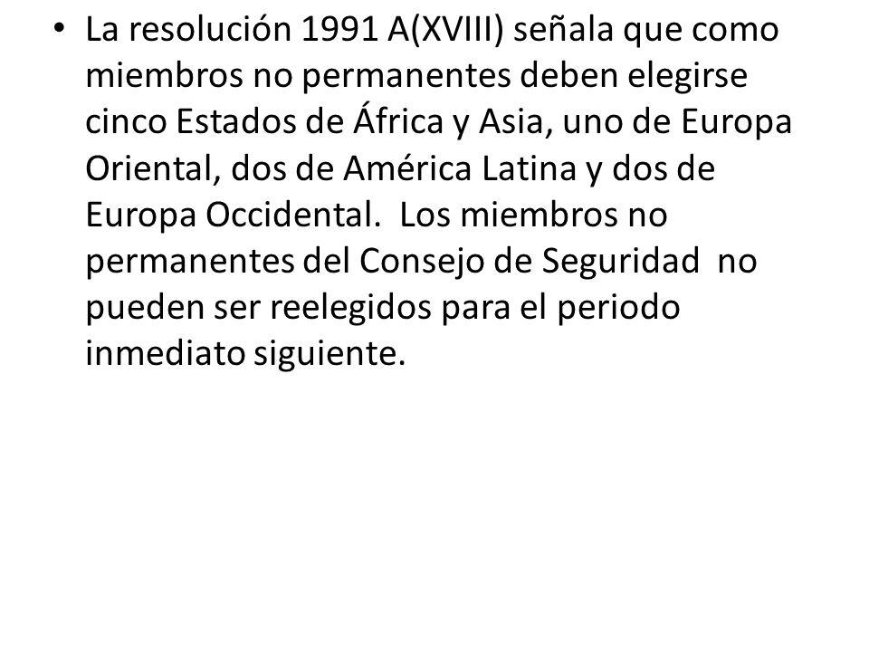 La resolución 1991 A(XVIII) señala que como miembros no permanentes deben elegirse cinco Estados de África y Asia, uno de Europa Oriental, dos de América Latina y dos de Europa Occidental. Los miembros no permanentes del Consejo de Seguridad no pueden ser reelegidos para el periodo inmediato siguiente.
