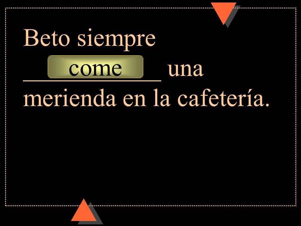 Beto siempre ___________ una merienda en la cafetería.
