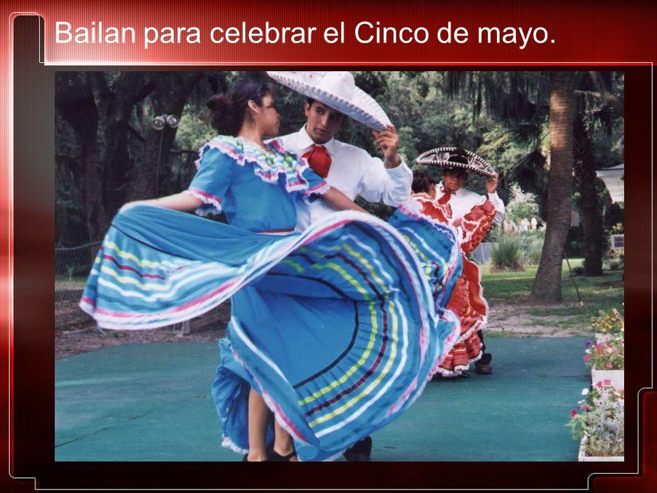 Bailan para celebrar el Cinco de mayo.