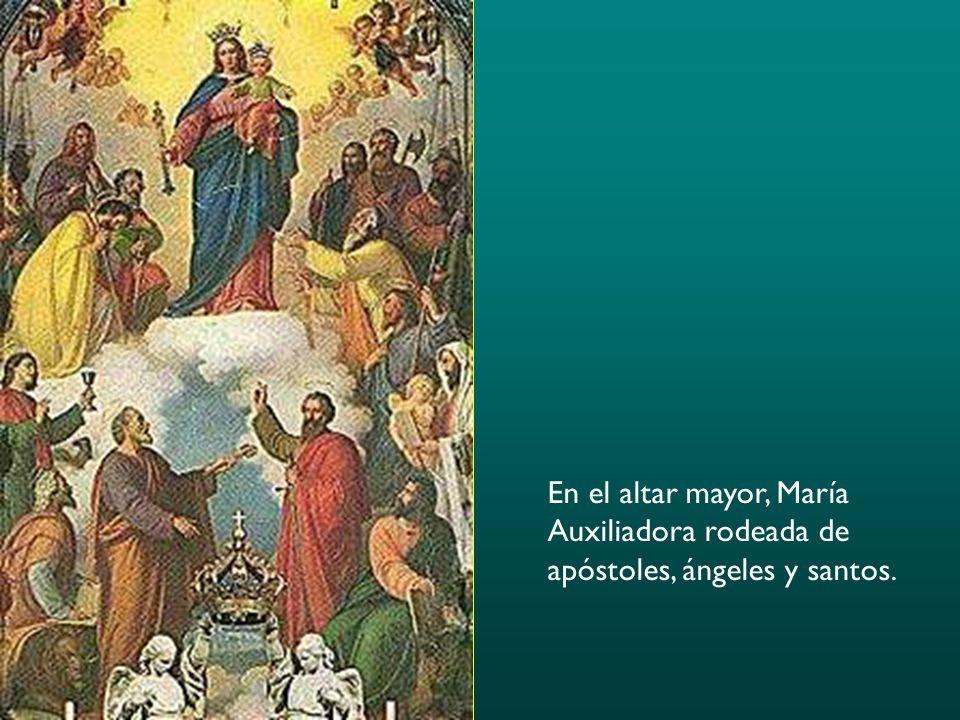 En el altar mayor, María Auxiliadora rodeada de apóstoles, ángeles y santos.
