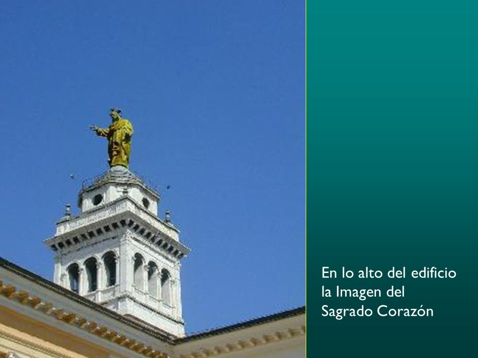 En lo alto del edificio la Imagen del Sagrado Corazón