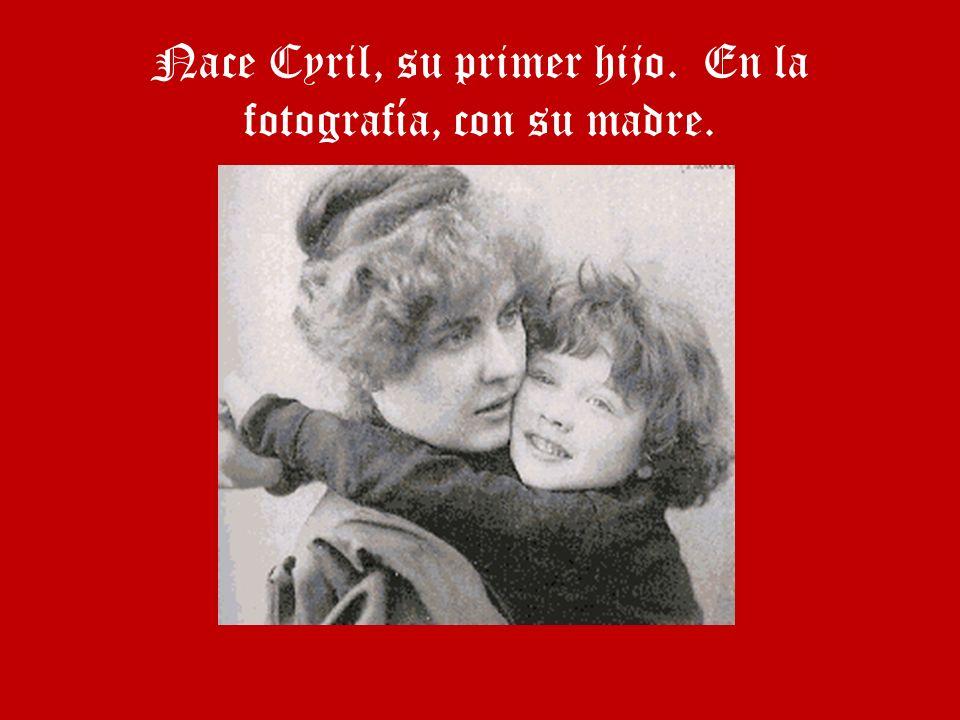 Nace Cyril, su primer hijo. En la fotografía, con su madre.