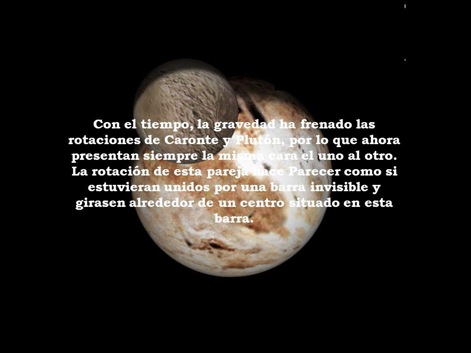 Con el tiempo, la gravedad ha frenado las rotaciones de Caronte y Plutón, por lo que ahora presentan siempre la misma cara el uno al otro.