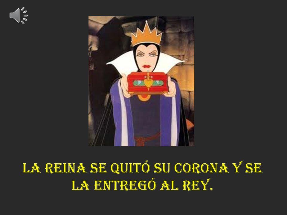 La reina se quitó su corona y se la entregó al rey.