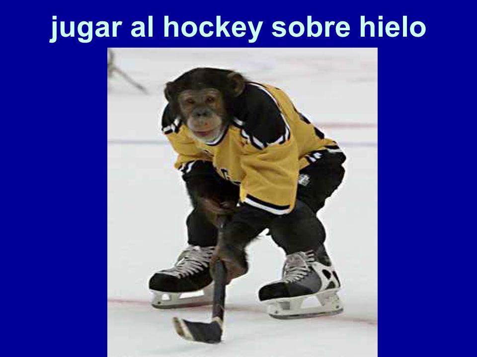 jugar al hockey sobre hielo