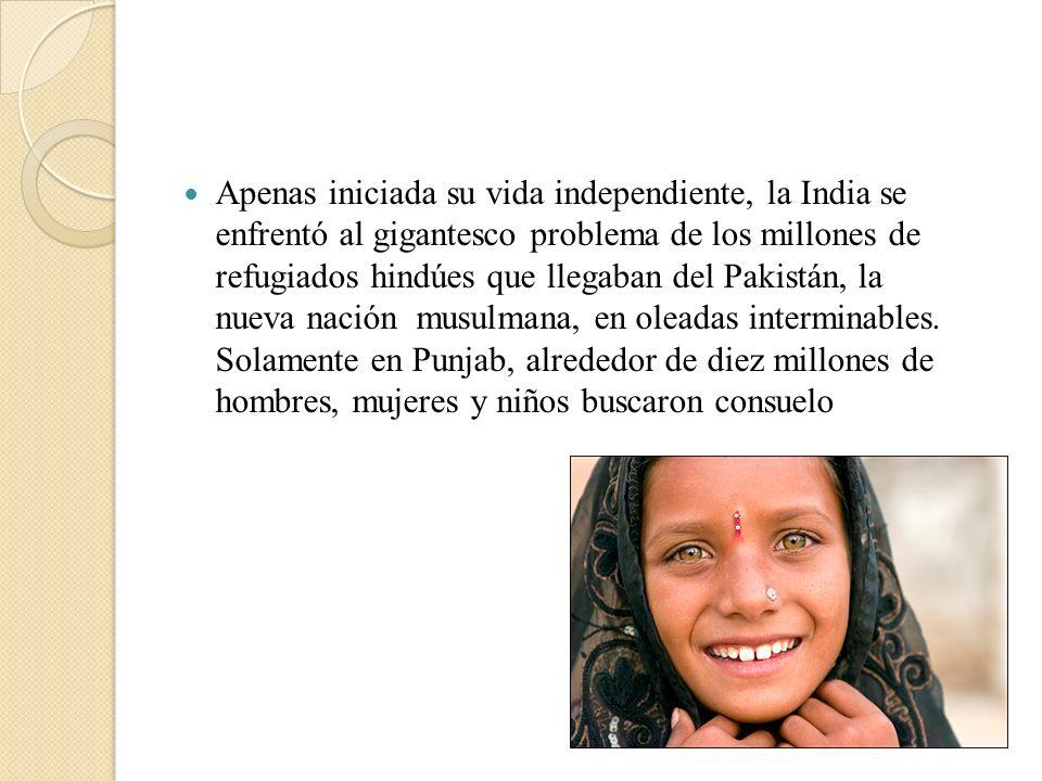 Apenas iniciada su vida independiente, la India se enfrentó al gigantesco problema de los millones de refugiados hindúes que llegaban del Pakistán, la nueva nación musulmana, en oleadas interminables.
