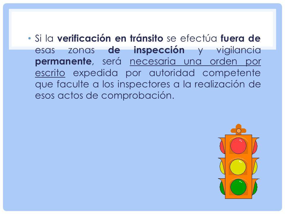 Si la verificación en tránsito se efectúa fuera de esas zonas de inspección y vigilancia permanente, será necesaria una orden por escrito expedida por autoridad competente que faculte a los inspectores a la realización de esos actos de comprobación.