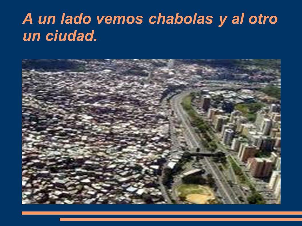 A un lado vemos chabolas y al otro un ciudad.