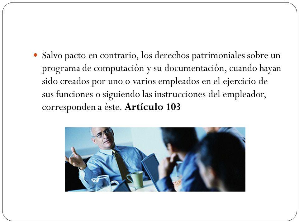 Salvo pacto en contrario, los derechos patrimoniales sobre un programa de computación y su documentación, cuando hayan sido creados por uno o varios empleados en el ejercicio de sus funciones o siguiendo las instrucciones del empleador, corresponden a éste.