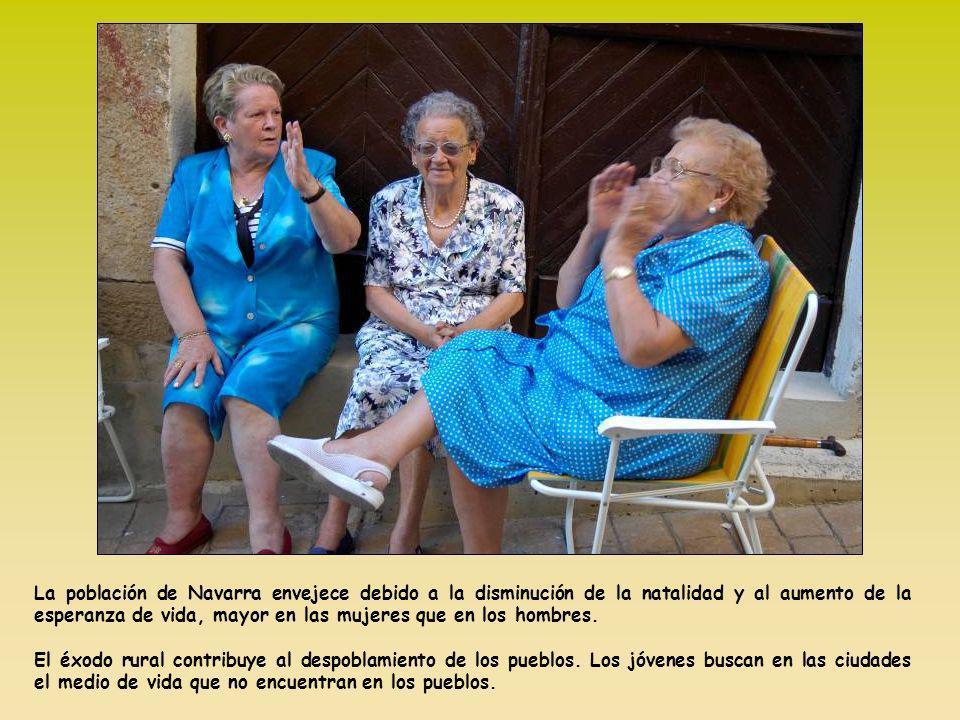 La población de Navarra envejece debido a la disminución de la natalidad y al aumento de la esperanza de vida, mayor en las mujeres que en los hombres.