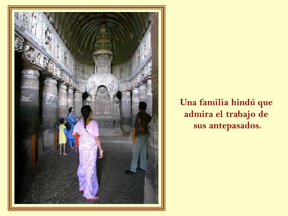 Una familia hindú que admira el trabajo de sus antepasados.