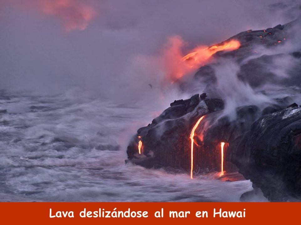 Lava deslizándose al mar en Hawai