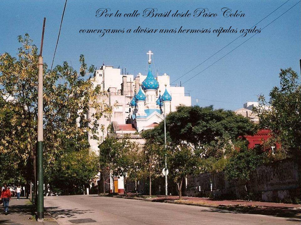 Por la calle Brasil desde Paseo Colón comenzamos a divisar unas hermosas cúpulas azules