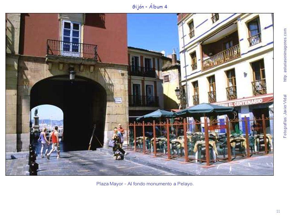 Plaza Mayor - Al fondo monumento a Pelayo.