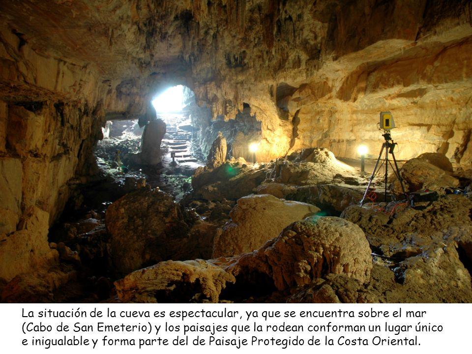 La situación de la cueva es espectacular, ya que se encuentra sobre el mar (Cabo de San Emeterio) y los paisajes que la rodean conforman un lugar único e inigualable y forma parte del de Paisaje Protegido de la Costa Oriental.