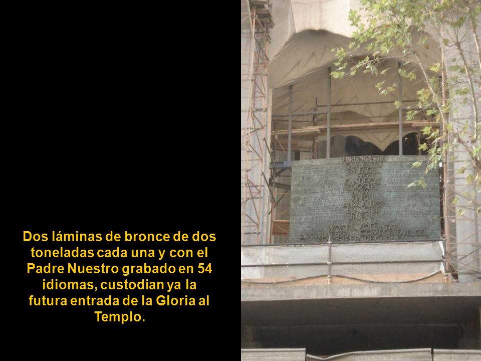 Dos láminas de bronce de dos toneladas cada una y con el Padre Nuestro grabado en 54 idiomas, custodian ya la futura entrada de la Gloria al Templo.