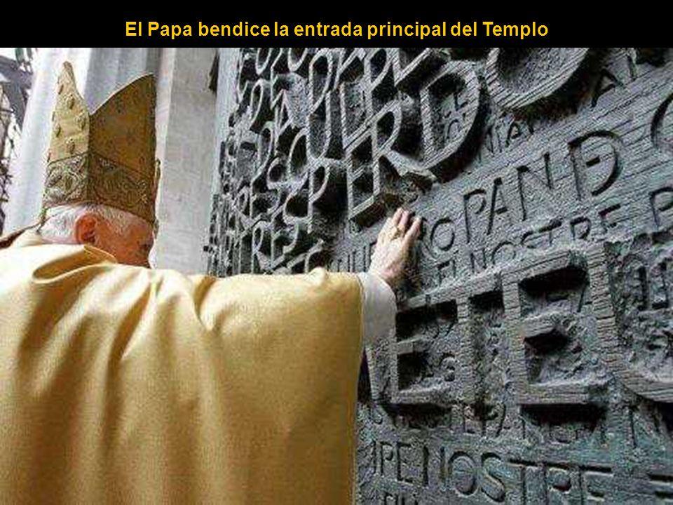 El Papa bendice la entrada principal del Templo