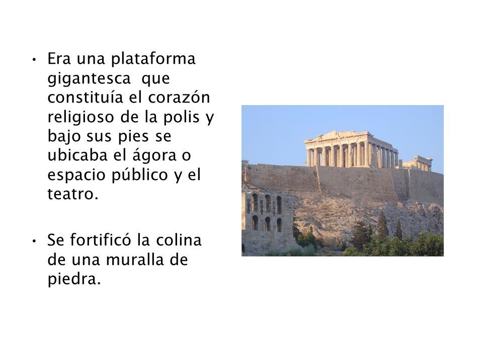Era una plataforma gigantesca que constituía el corazón religioso de la polis y bajo sus pies se ubicaba el ágora o espacio público y el teatro.