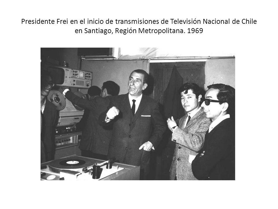 Presidente Frei en el inicio de transmisiones de Televisión Nacional de Chile en Santiago, Región Metropolitana.