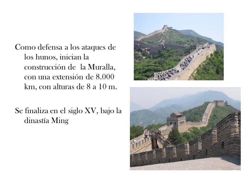 Como defensa a los ataques de los hunos, inician la construcción de la Muralla, con una extensión de 8.000 km, con alturas de 8 a 10 m.