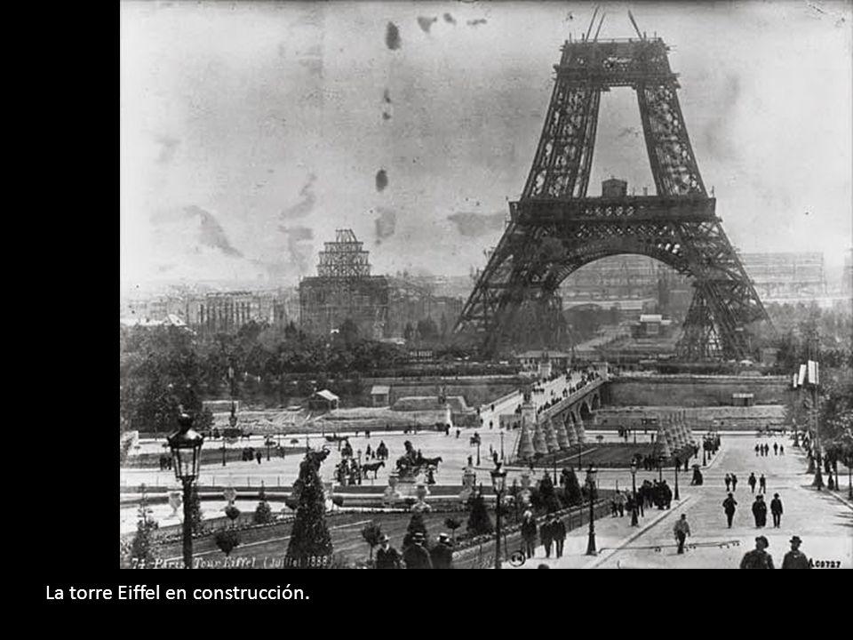 La torre Eiffel en construcción.