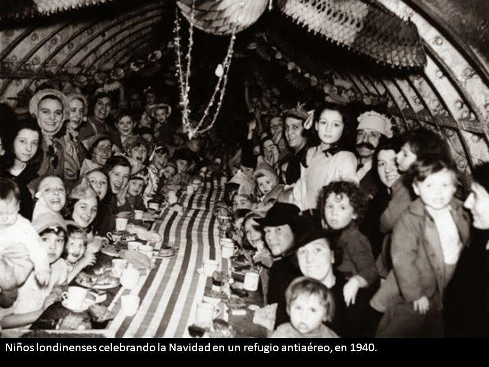 Niños londinenses celebrando la Navidad en un refugio antiaéreo, en 1940.
