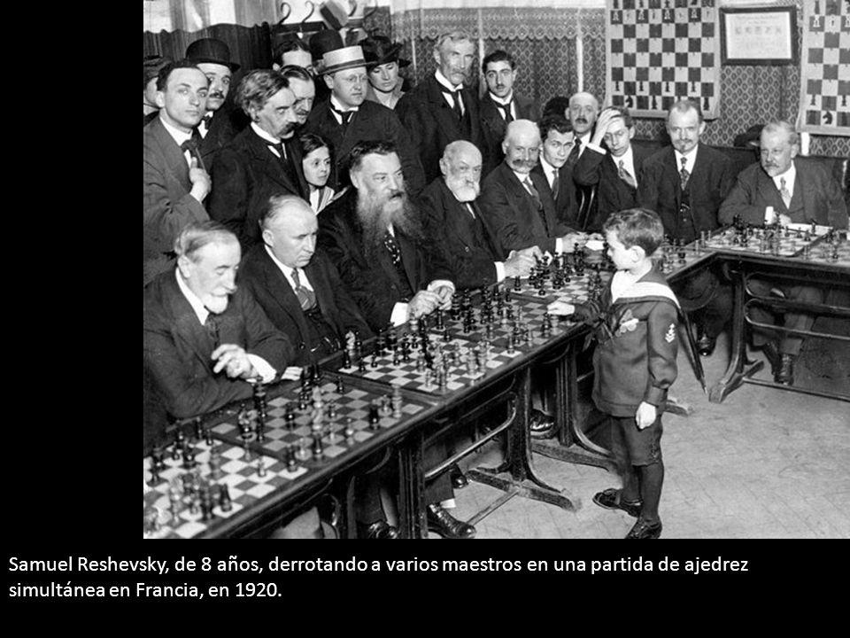 Samuel Reshevsky, de 8 años, derrotando a varios maestros en una partida de ajedrez simultánea en Francia, en 1920.