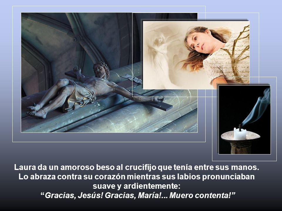 Laura da un amoroso beso al crucifijo que tenía entre sus manos