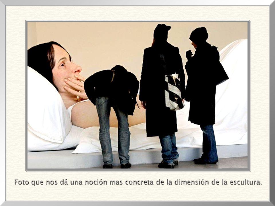 Foto que nos dá una noción mas concreta de la dimensión de la escultura.