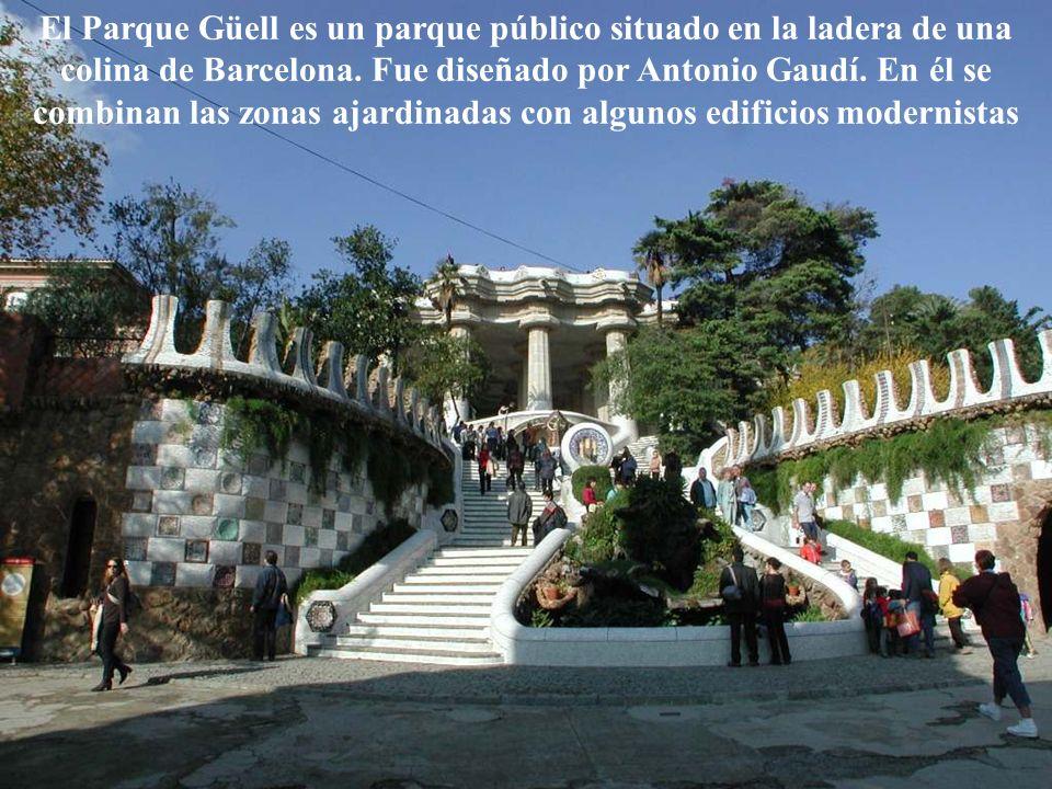 El Parque Güell es un parque público situado en la ladera de una colina de Barcelona.