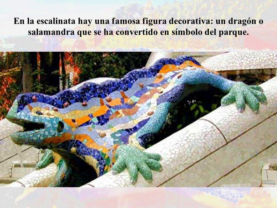 En la escalinata hay una famosa figura decorativa: un dragón o salamandra que se ha convertido en símbolo del parque.