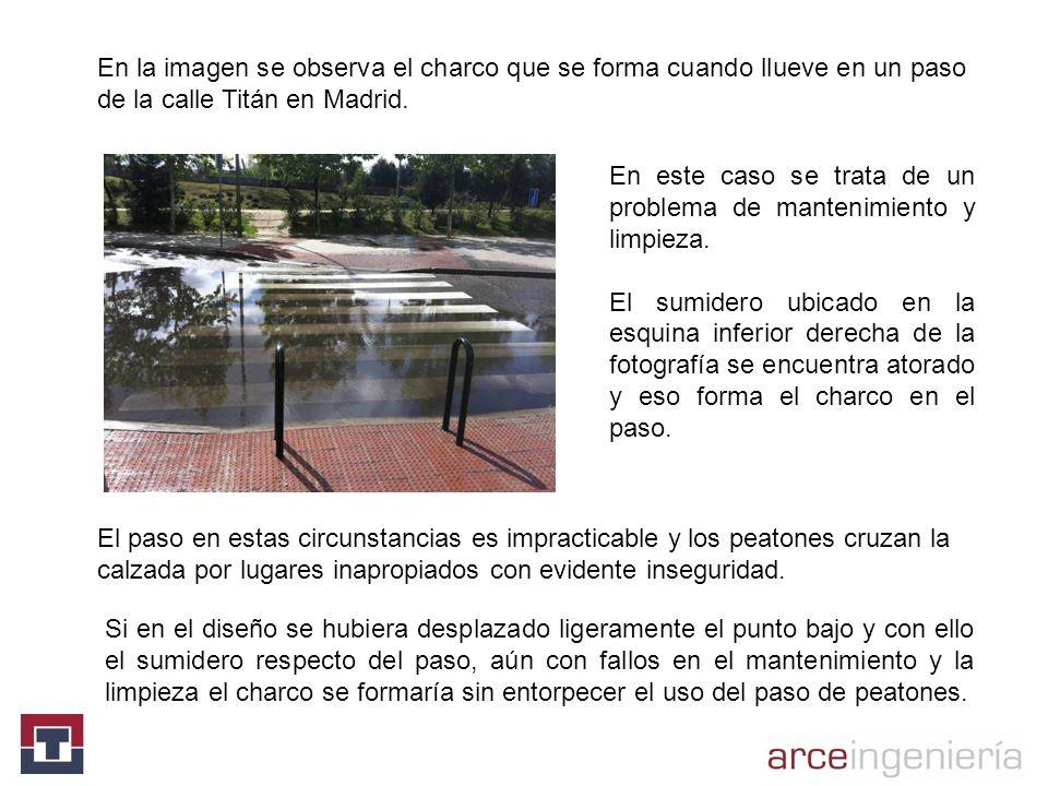 En la imagen se observa el charco que se forma cuando llueve en un paso de la calle Titán en Madrid.