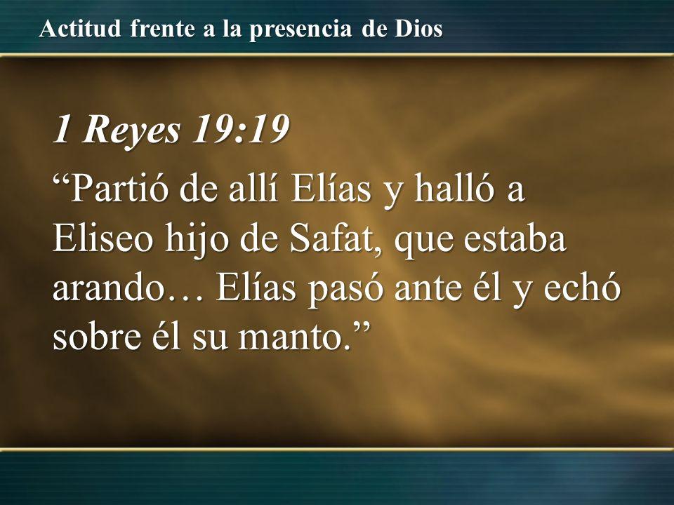 1 Reyes 19:19 Partió de allí Elías y halló a Eliseo hijo de Safat, que estaba arando… Elías pasó ante él y echó sobre él su manto.