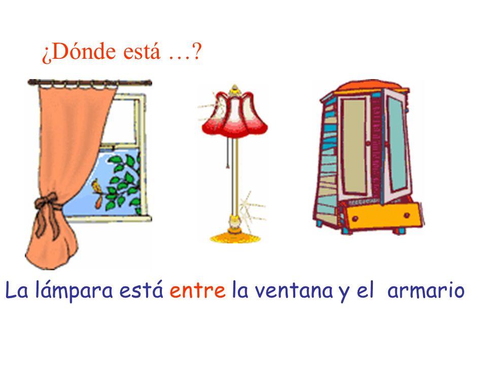 ¿Dónde está … La lámpara está entre la ventana y el armario